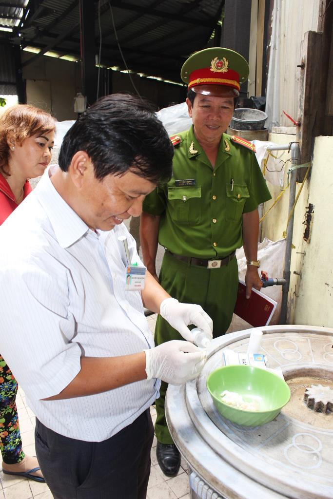 Test nhanh sản phẩm tại thời điểm kiểm tra để phát hiện san phẩm có chứa hóa chất, phụ gia.