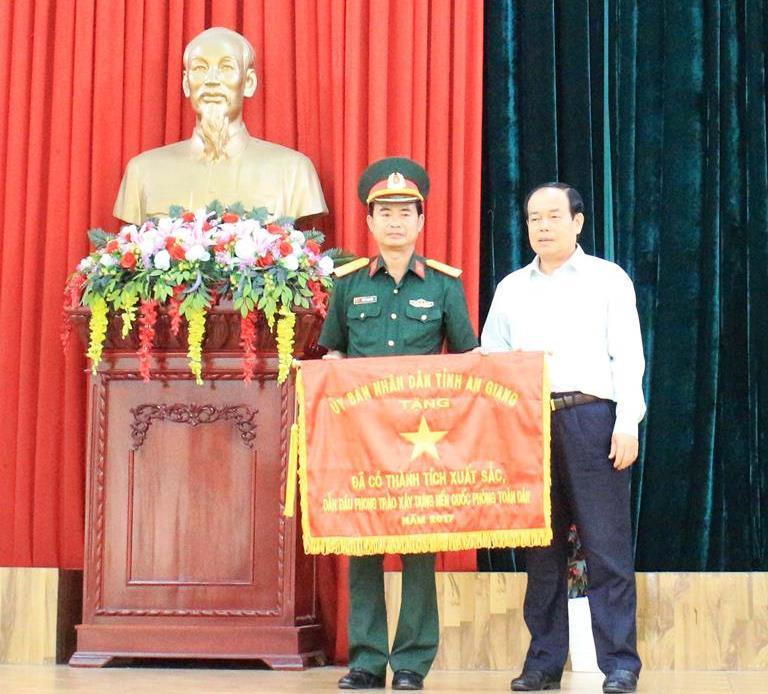 Chủ tịch UBND tỉnh Vương Bình Thạnh trao cờ dẫn đầu cho đơn vị xuất sắc trong thực hiện nhiệm vụ