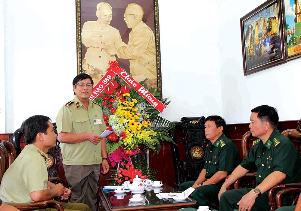 Ông Phan Lợi, Phụ trách Cơ quan Chỉ đạo 389 tỉnh đọc quyết định khen thưởng đột xuất của Chủ tịch UBND tỉnh An Giang cho tập thể, cá nhân Đội Đặc nhiệm của Bộ đội Biên phòng An Giang có thành tích xuất sắc trong CBL thuốc lá