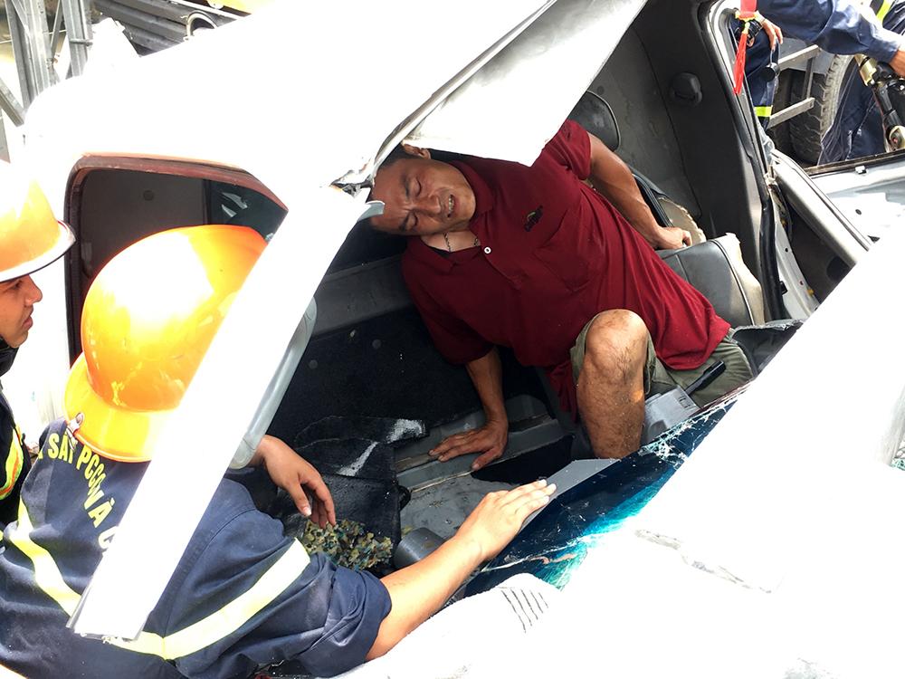 Tài xế mắc kẹt trong xe tải sau 2 giờ được ứng cứu