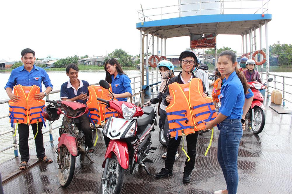 Hành khách được thanh niên tình nguyện phát áo phao