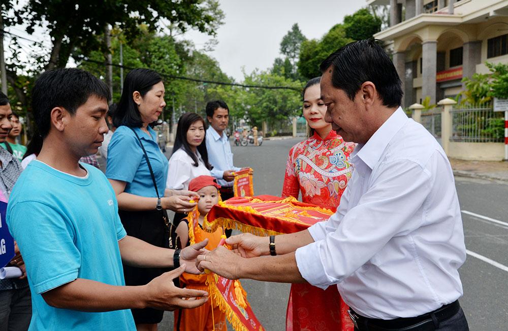 Phó Giám đốc Sở Sở Văn hóa - Thể thao và Du lịch Nguyễn Khánh Hiệp tặng cờ lưu niệm cho đơn vị tham dự hội thao