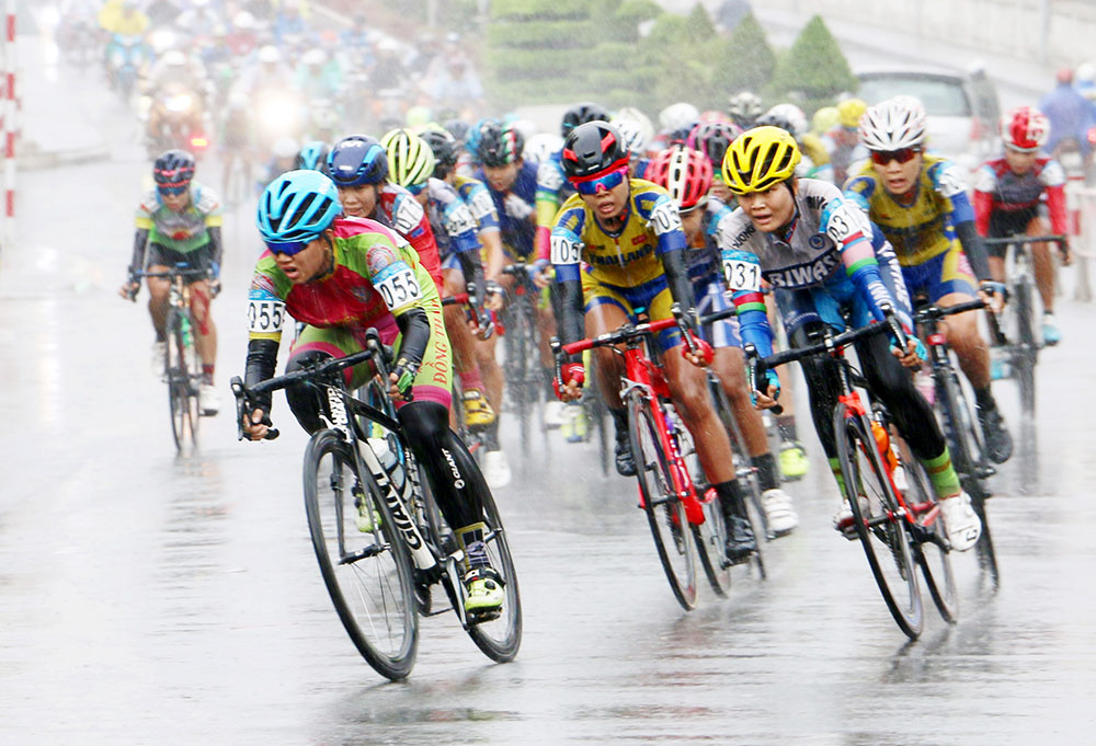 Các tay đua nỗ lực thi đấu trong mưa ở chặng cuối
