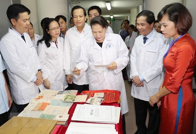 Chủ tịch Quốc hội Nguyễn Thị Kim Ngân thăm các phòng chức năng của Trung tâm Lưu giữ quốc gia III. (Ảnh: Trọng Đức/TTXVN)