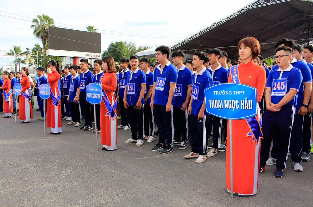 """500 học sinh tham gia Giải việt dã """"Cùng Sacombank chạy vì sức khỏe cộng đồng"""""""
