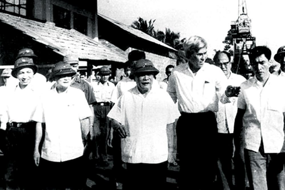 Chủ tịch Tôn Đức Thắng đến thăm công nhân nhà máy Ba Son sau ngày đất nước thống nhất 1975