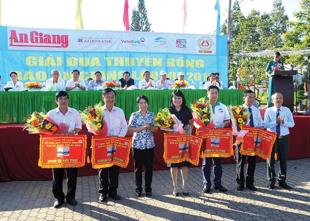 Lãnh đạo Báo An Giang tặng hoa, cờ lưu niệm cho các đơn vị tài trợ và đơn vị đăng cai (TP. Châu Đốc).