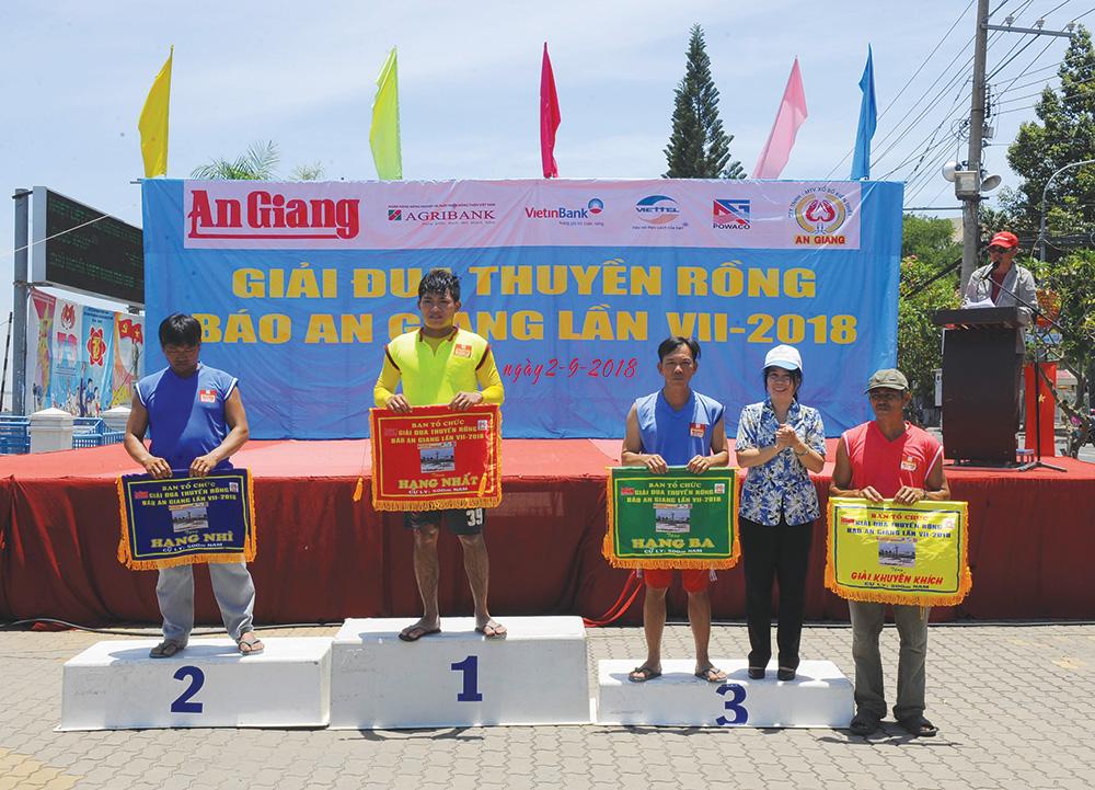 Tổng Biên tập Báo An Giang Trần Thị Bích Vân trao giải cho các đội thuyền đạt thành tích cao.