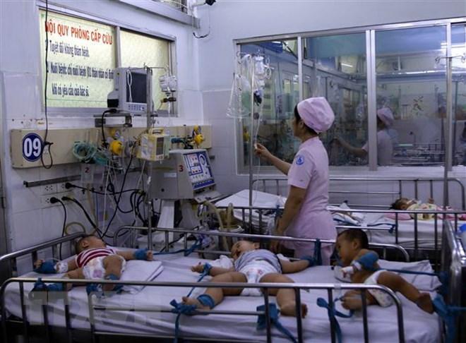 Trẻ mắc bệnh tay chân miệng đang điều trị tại Bệnh viện Nhi đồng 1, Thành phố Hồ Chí Minh. (Ảnh: Hoàng Hải/TTXVN)