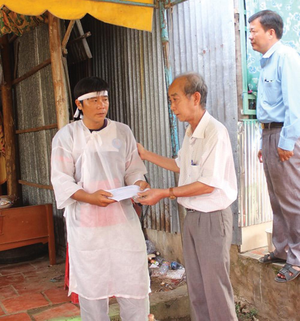 Bí thư Huyện ủy Chợ Mới Nguyễn Thanh Phong trao tiền hỗ trợ cho gia đình