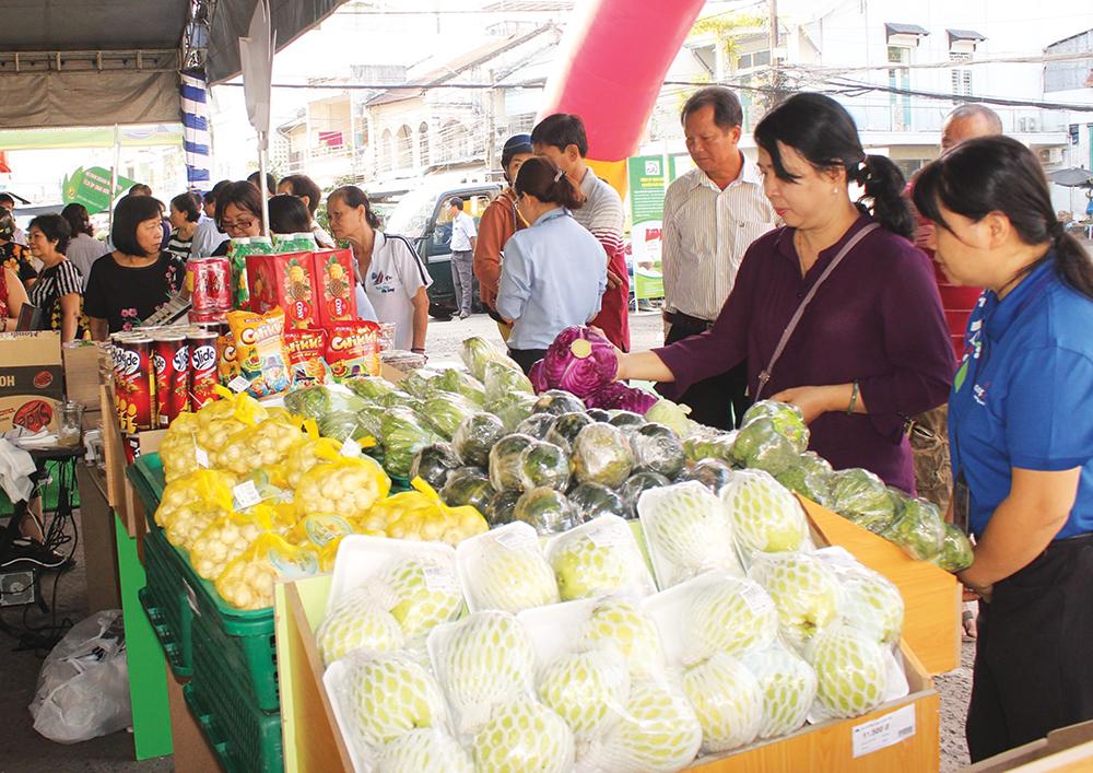 Phiên Chợ Xanh thu hút đông khách tham quan, mua sắm