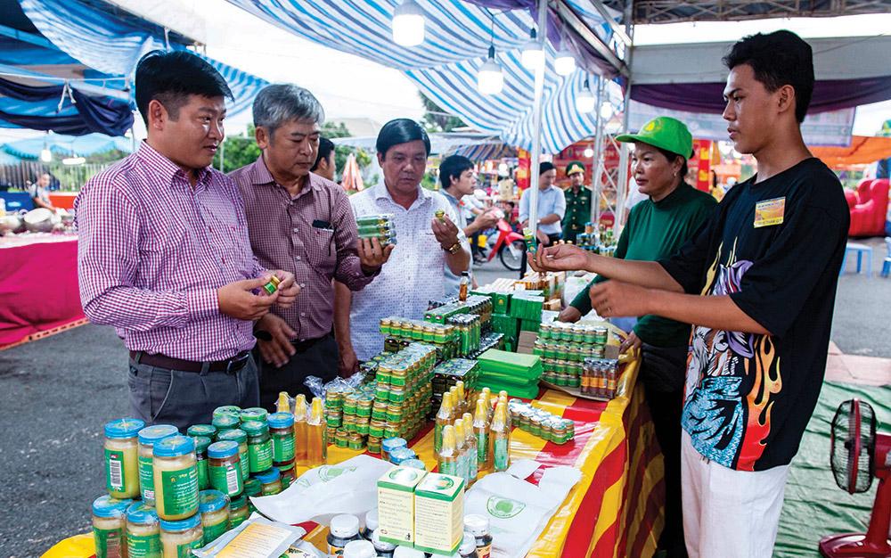 Du khách tham quan và mua sắm tại hội chợ