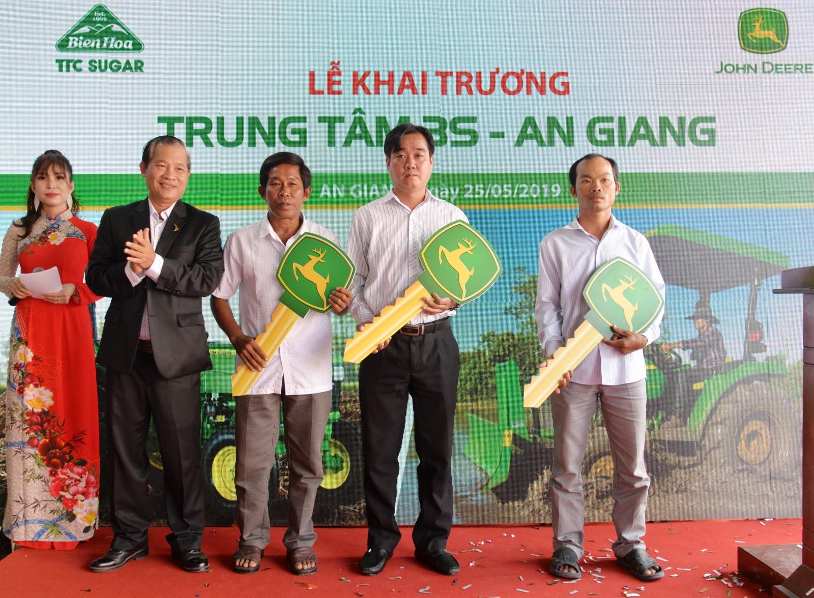 Giám đốc phát triển Công ty Cổ phần Thành Thành Công – Biên Hòa Nguyễn Bá Chủ trao chìa khóa đến tay các khách hàng mua máy đầu tiên của Trung tâm 3S - An Giang