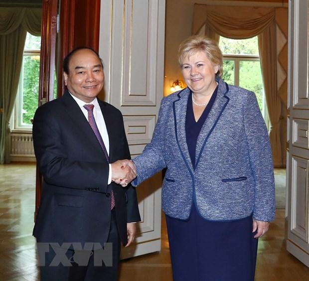 Thủ tướng Na Uy Erna Solberg đón Thủ tướng Nguyễn Xuân Phúc. (Ảnh: Thống Nhất/TTXVN)