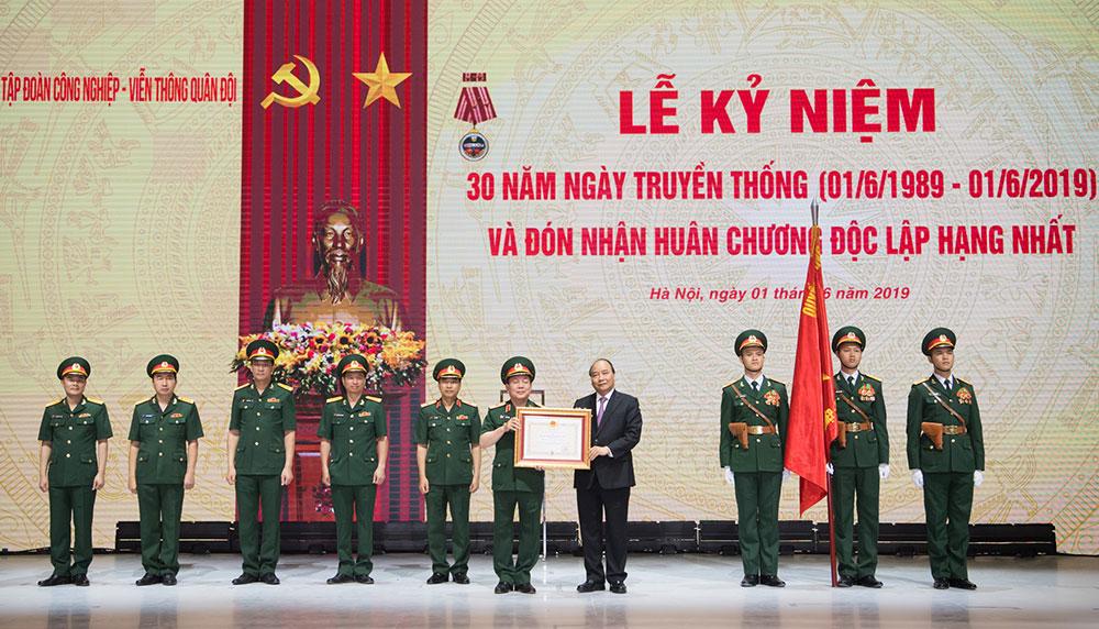 Thừa ủy quyền của Chủ tịch nước, Thủ tướng Nguyễn Xuân Phúc trao Huân chương Độc lập hạng Nhất cho Tập đoàn Viettel
