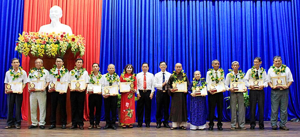 Bí thư Thành ủy, Chủ tịch UBND TP. Long Xuyên Phạm Thành Thái trao giấy khen và logo cho gương điển hình