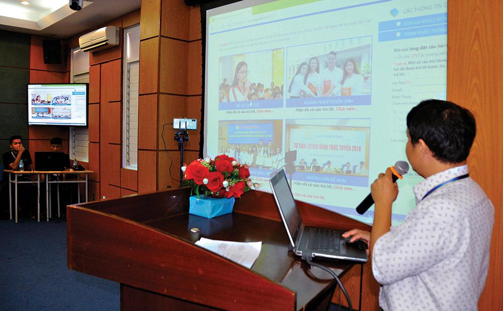 Giảng viên giới thiệu những thông tin, điểm mới về kỳ thi THPT quốc gia, nội dung hình thức xét tuyển vào đại học, cao đẳng năm 2019