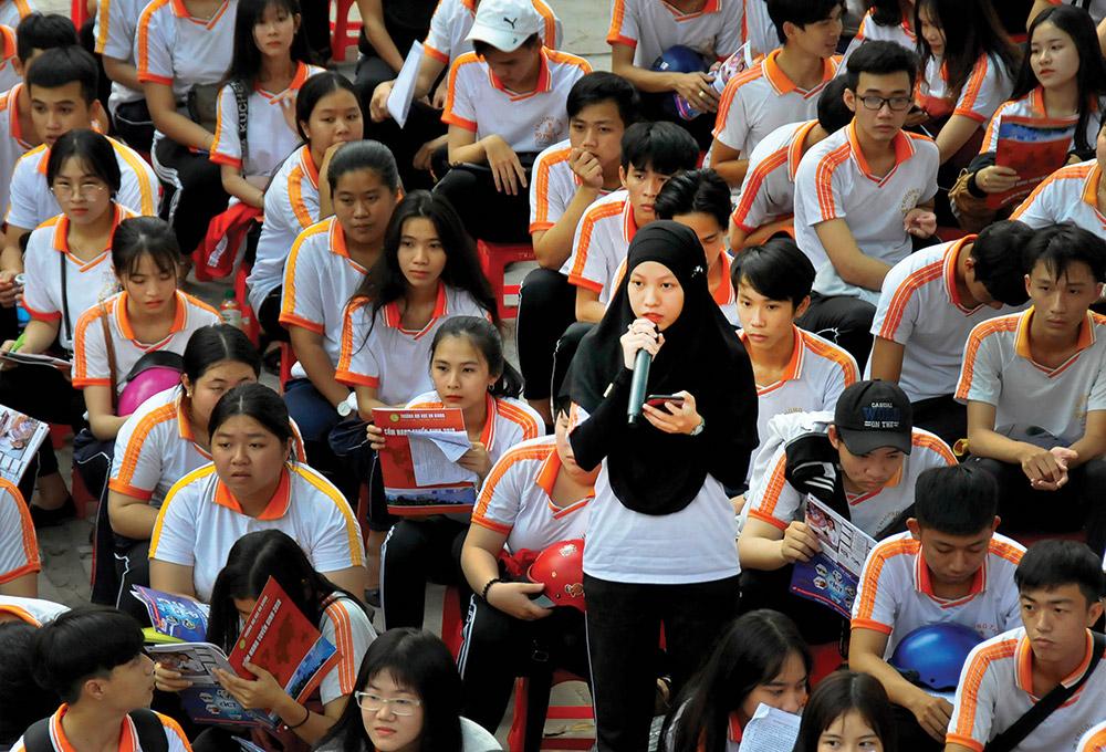 Học sinh đặt câu hỏi với đoàn tư vấn tuyển sinh