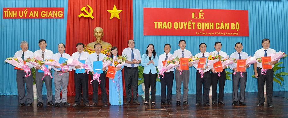 Bí thư Tỉnh ủy Võ Thị Ánh Xuân và Chủ tịch UBND tỉnh Nguyễn Thanh Bình trao quyết định và tặng hoa cho các đồng chí được bổ nhiệm, điều động