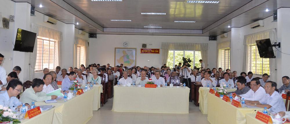 Các tín đồ Phật giáo Hòa Hảo tham dự buổi gặp mặt, tiếp xúc, đối thoại với tín đồ Phật giáo Hòa Hảo