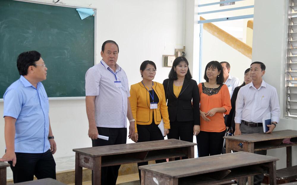 Chủ tịch UBND tỉnh, Trưởng Ban Chỉ đạo kỳ thi THPT quốc gia năm 2019 tỉnh Nguyễn Thanh Bình kiểm tra cơ sở vật chất tại điểm thi Trường THPT chuyên Thoại Ngọc Hầu