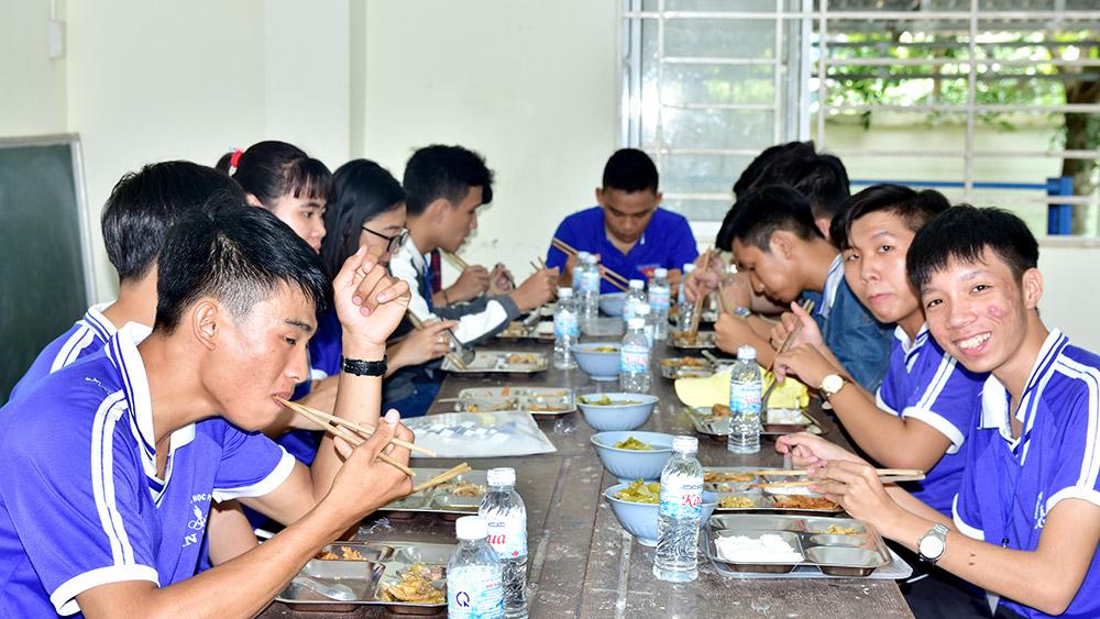 Thí sinh Trường THPT An Phú được hỗ trợ bữa ăn trưa ngay sau khi kết thúc buổi thi sáng. Ảnh: H.H