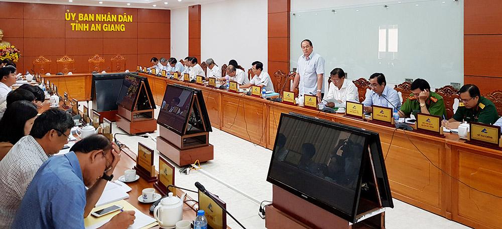 Chủ tịch UBND tỉnh Nguyễn Thanh Bình chỉ đạo tại hội nghị