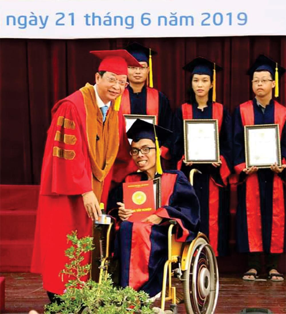 Hành trình vượt khó của chàng trai khuyết tật