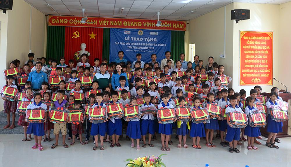 Liên đoàn Lao động tỉnh tặng cặp phao cho 500 trẻ em vùng lũ