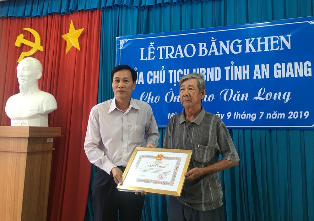 """Trao bằng khen của Chủ tịch UBND tỉnh cho """"ông lão vá đường"""""""