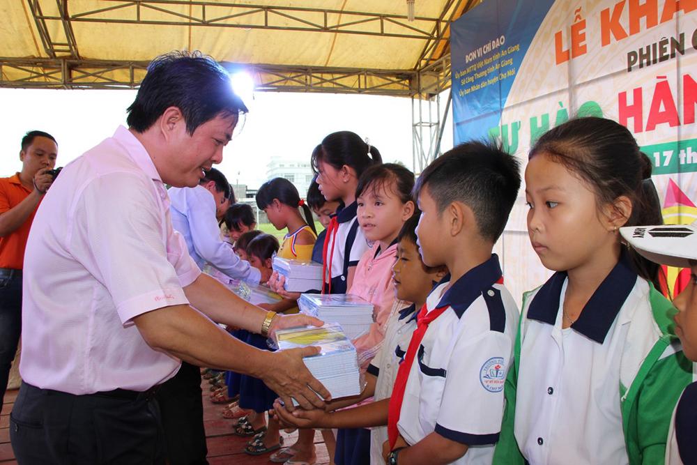 Khai mạc phiên chợ hàng Việt về nông thôn Chợ Mới