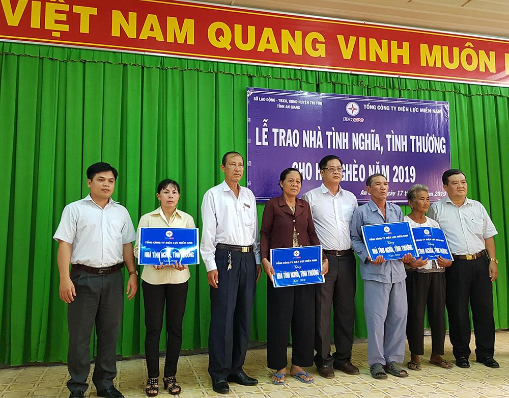 Trao 6 căn nhà tình thương, tình nghĩa ở Tri Tôn và An Phú