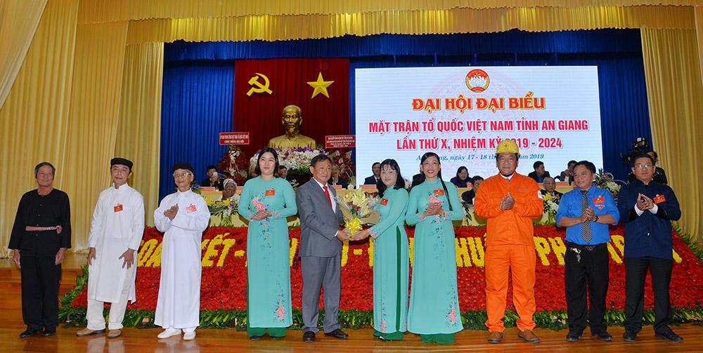 Đoàn đại biểu đại diện các tầng lớp nhân dân chúc mừng đại hội