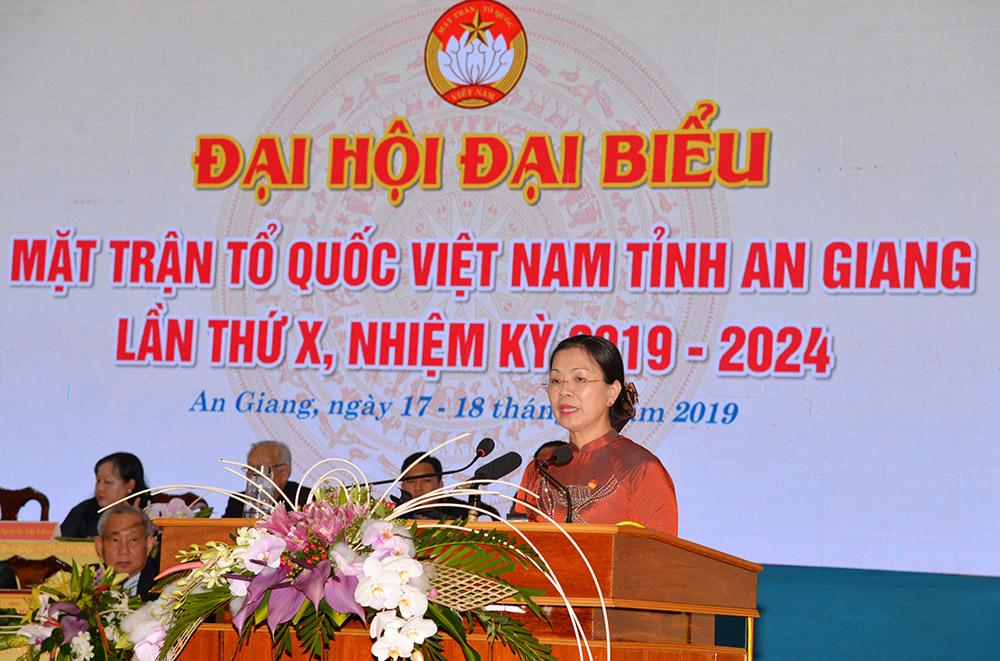 Phó Chủ tịch Ủy ban Trung ương MTTQVN Trương Thị Ngọc Ánh phát biểu và trao bức trướng tặng đại hội