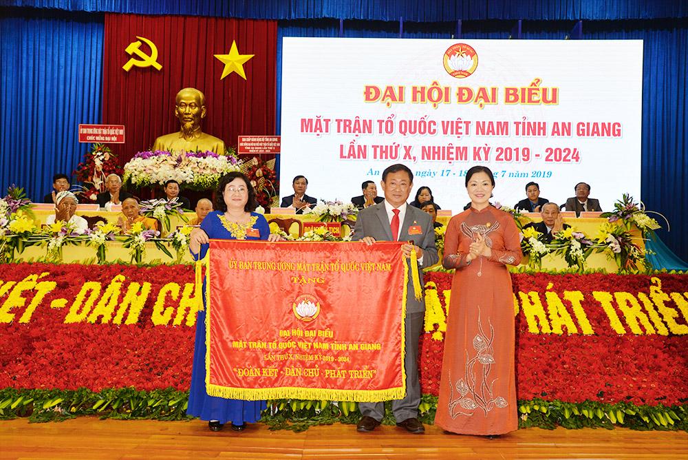 Phó Chủ tịch Ủy ban Trung ương MTTQ Việt Nam Trương Thị Ngọc Ánh phát biểu và trao bức trướng tặng đại hội