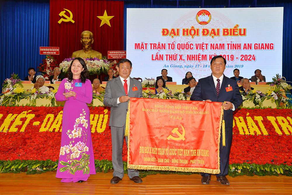 Bí thư Tỉnh ủy Võ Thị Ánh Xuân trao bức trướng tặng đại hội