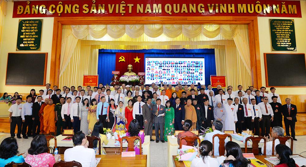 Ủy viên Ủy ban và Ban Thường trực UBMTTQ Việt Nam tỉnh khóa mới ra mắt đại hội