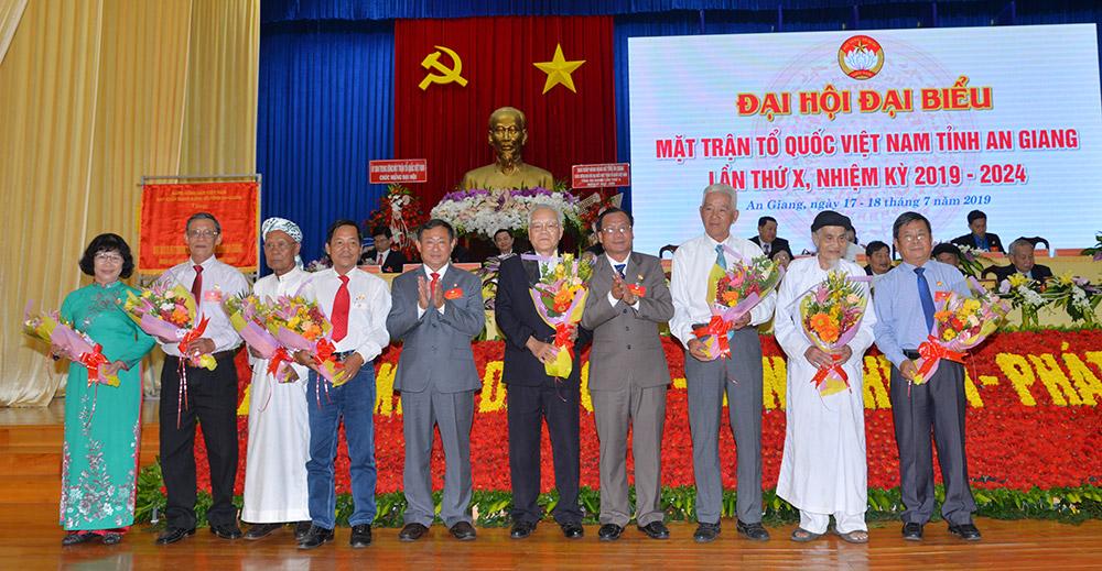 Ban Thường trực UBMTTQ Việt Nam tỉnh tặng hoa cho các đồng chí không ứng cử Ủy viên UBMTTQ Việt Nam tỉnh nhiệm kỳ mới