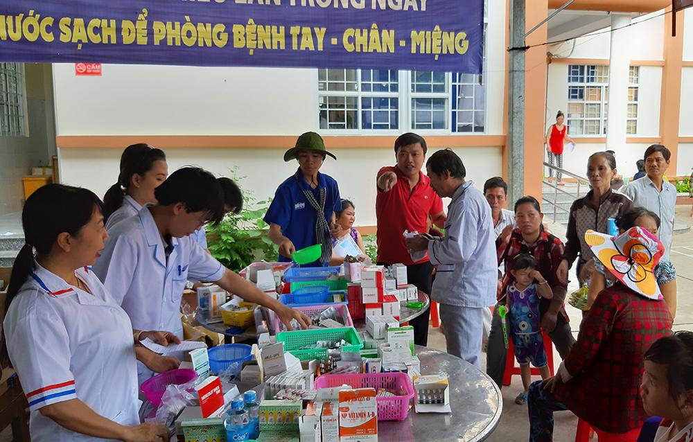 600 người dân Châu Phú được khám bệnh, cấp thuốc miễn phí