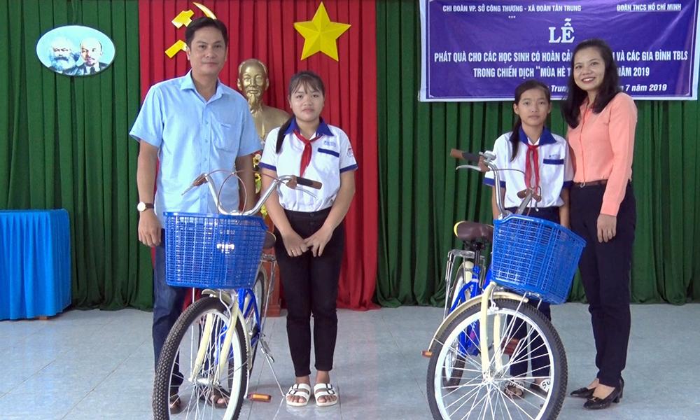 Tặng 133 phần quà cho học sinh nghèo xã Tân Trung