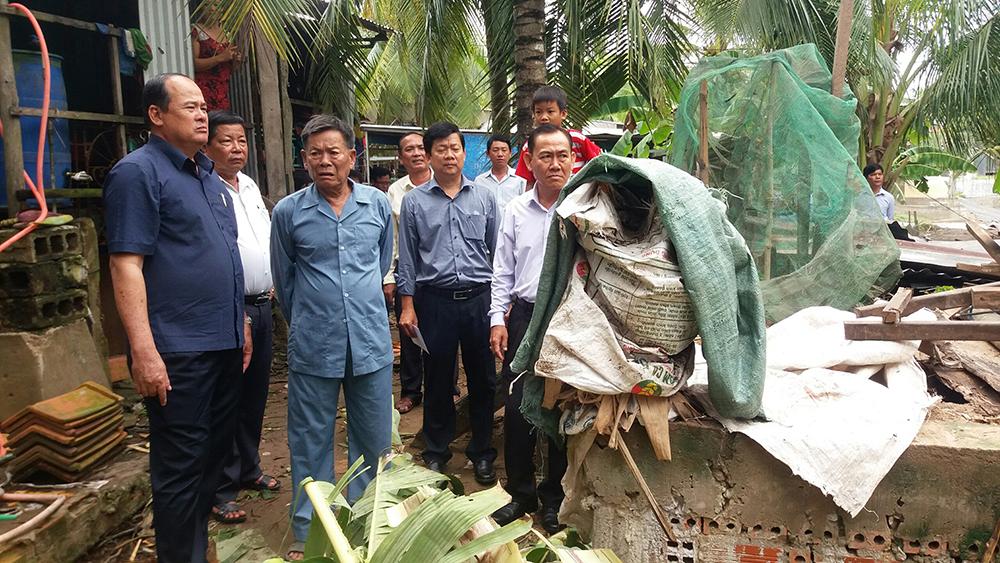 Chủ tịch UBND tỉnh Nguyễn Thanh Bình thăm các hộ dân bị sập nhà, tốc mái do giông lốc ở TX. Tân Châu