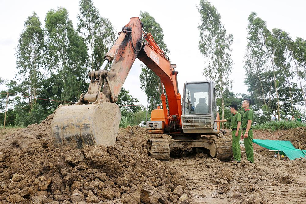 Bắt quả tang hoạt động khai thác đất mặt ruộng tại Chợ Mới