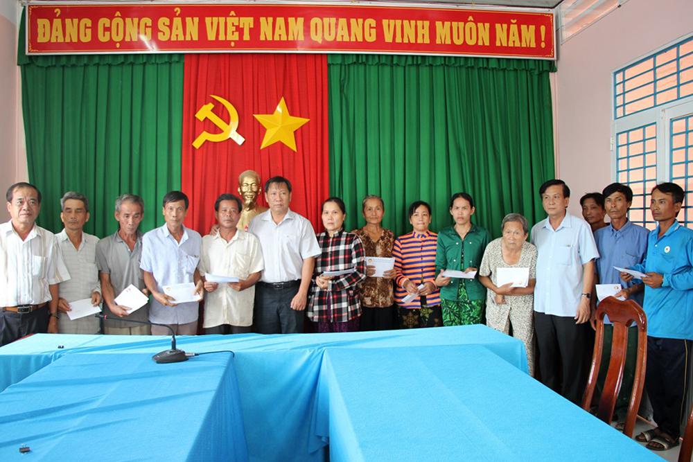 Phó Chủ tịch UBND tỉnh Trần Anh Thư thăm các hộ bị ảnh hưởng giông lốc ở Chợ Mới