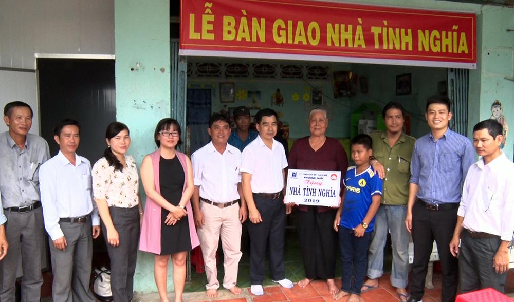 Phú Tân bàn giao nhà cho gia đình chính sách và hộ nghèo