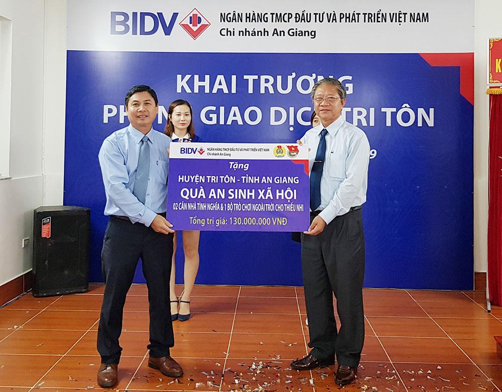BIDV An Giang branch presents a social security gift to Tri Ton district