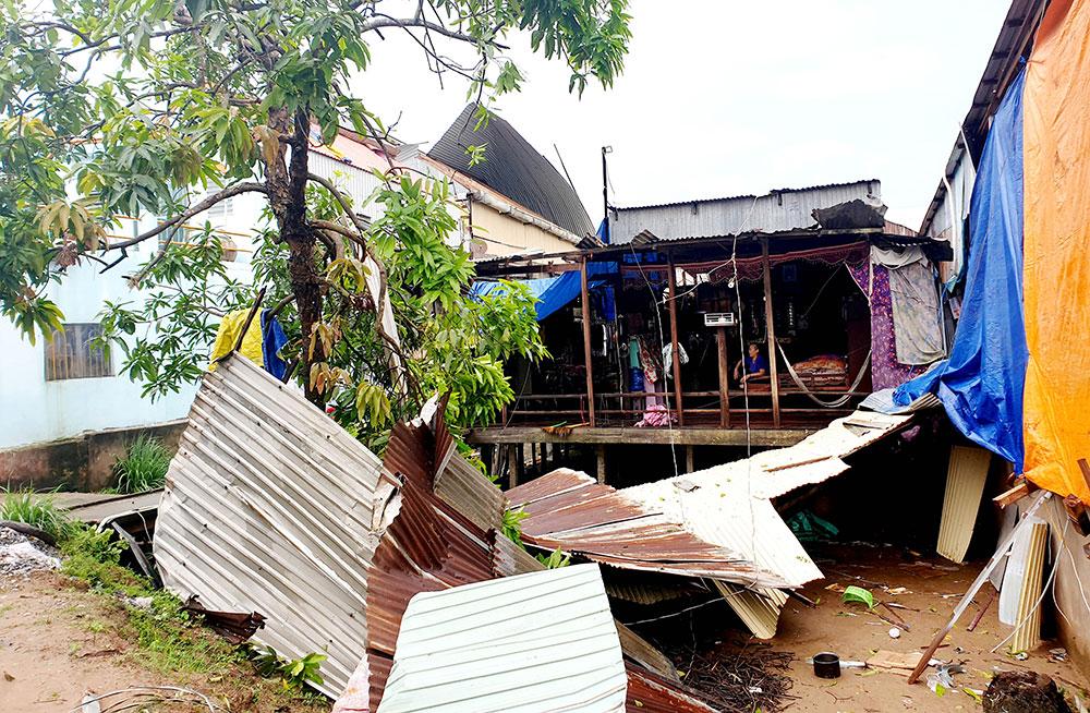 Mái nhà của người dân bị giông lốc quăng khắp nơi