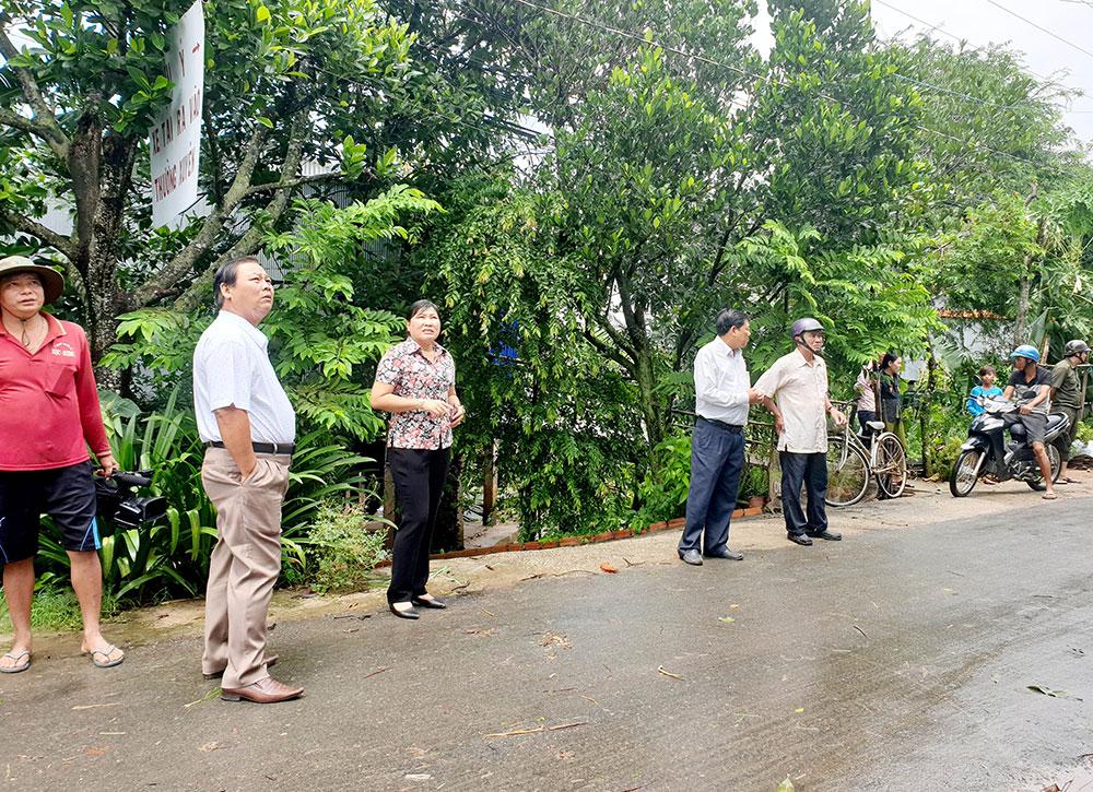 Lãnh đạo huyện An Phú đến hiện trường khảo sát thiệt hại vụ lốc xoáy