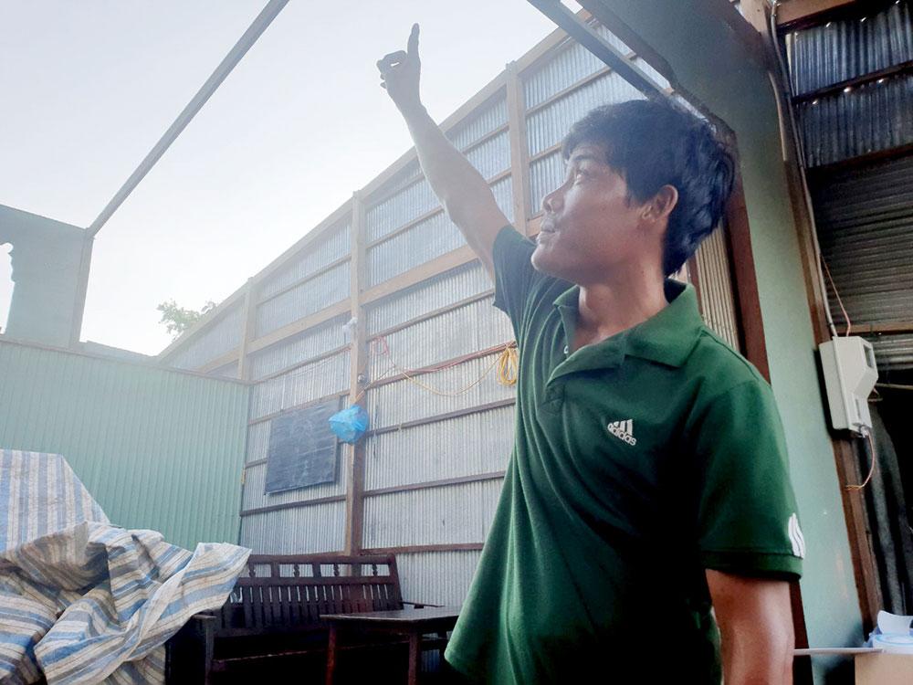 Mái tole nhà anh Nguyễn Hữu Phước (ngụ ấp Phú Mỹ, xã Phú Hội) bị lốc cuốn mất