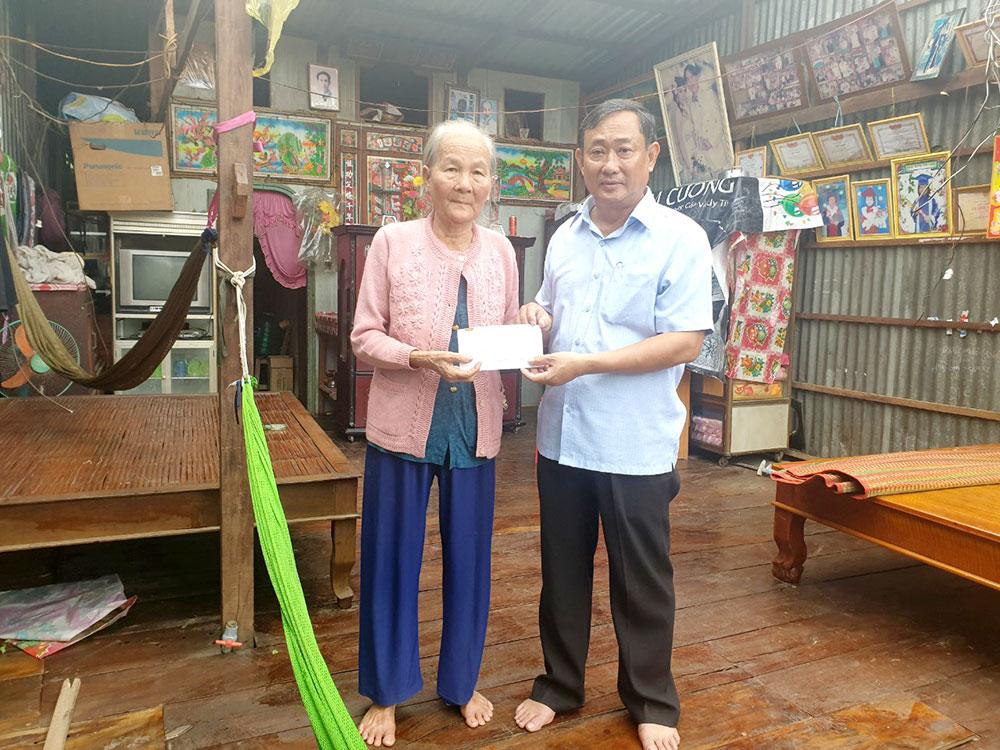 Chủ tịch UBMTTQ Việt Nam tỉnh Nguyễn Tiếc Hùng trao tiền hỗ trợ người dân có nhà bị tốc mái hoàn toàn