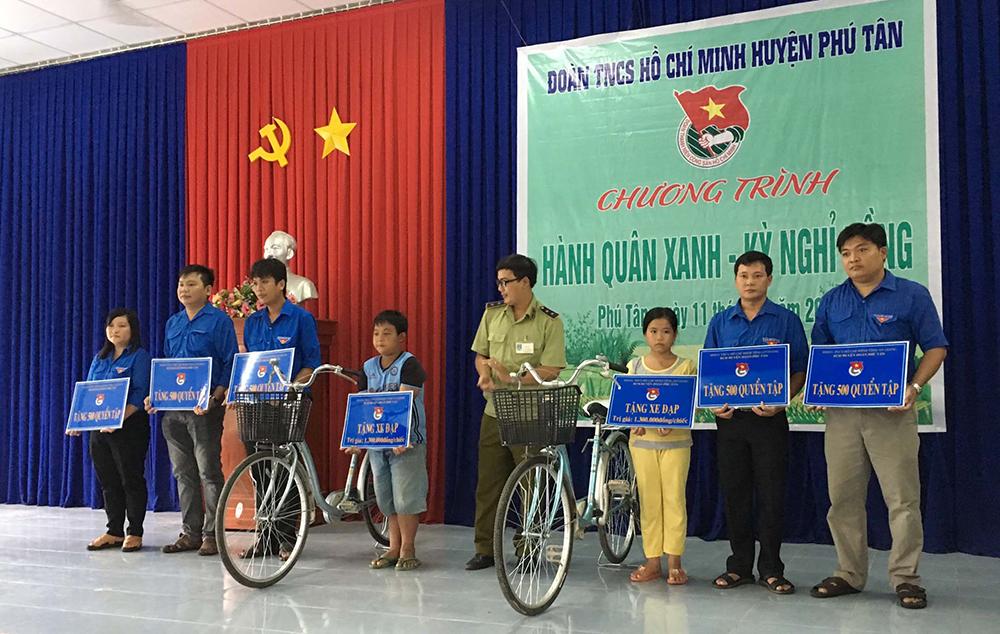 """Sôi nổi chuỗi hoạt động """"Hành quân xanh"""" và """"Kỳ nghỉ hồng"""" tại Phú Tân"""